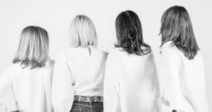 Séance photo pour 4 amis féminins images stock