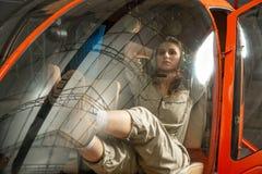 Séance pilote de femme attirante dans l'hélicoptère photos libres de droits