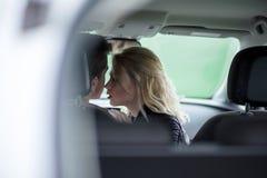 Séance romantique de jeunes couples dans la voiture Image libre de droits