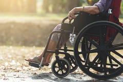 Séance supérieure sur un fauteuil roulant Images stock