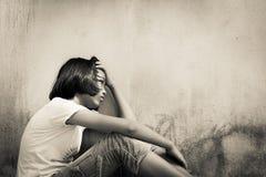 Séance triste de fille seule avec l'ours blanc près de vieux cemen de mur photographie stock libre de droits