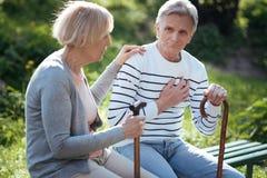 Séance vieillissante et sentiment de couples mauvais en parc Photos libres de droits