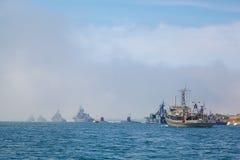 SÉBASTOPOL, UKRAINE -- EN MAI 2013 :  navires de guerre modernes dans le défilé Image stock
