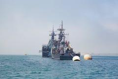 SÉBASTOPOL, UKRAINE -- EN MAI 2013 :  navires de guerre modernes dans le défilé Image libre de droits