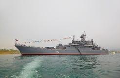 SÉBASTOPOL, UKRAINE -- 12 MAI : Un navire de guerre moderne dans le défilé de Image libre de droits