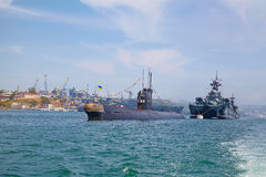 SÉBASTOPOL, UKRAINE -- 12 MAI : Un sous-marin et un navire de guerre modernes i Photographie stock libre de droits