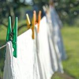 Séchage blanc de blanchisserie sur une corde à linge image stock