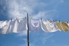 Séchage de blanchisserie sur la corde dehors photos libres de droits