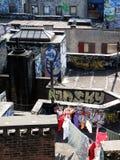 Séchage de blanchisserie sur le dessus de toit du graffiti NY Images libres de droits