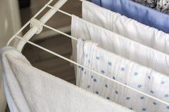 Séchage de blanchisserie sur le mannequin photo libre de droits