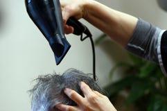 Séchage de cheveux d'hommes au coiffeur image libre de droits