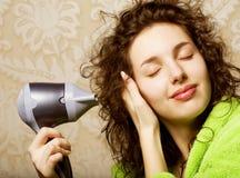 Séchage de femme son cheveu avec le hairdryer Images libres de droits
