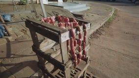 Séchage de saucisse et de viande sur le tabouret en bois banque de vidéos