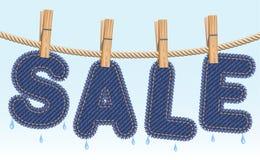 Séchage de VENTE de jeans sur une corde à linge Image stock