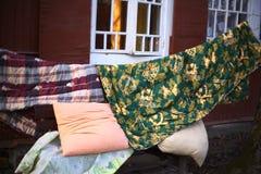 Séchage humide de couette d'oreiller sur le soleil sur la maison de cottage photographie stock