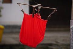 Séchage rouge de sous-vêtements de blanchisserie en Chine photographie stock