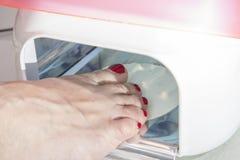 Séchant dans le dispositif de séchage d'émail de clou de pied, série de photos Photos libres de droits