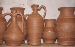 Séchant l'ensemble de nouvelle poterie avant de brûler le concept de l'art traditionnel image libre de droits