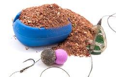 Séchez l'alimentation pour la pêche de carpe Amorce opérationnelle de carpe avec la pêche Images libres de droits
