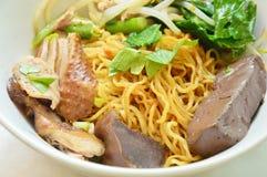 Séchez la nouille chinoise d'oeufs avec de la viande de canard et la pousse de haricot sur la cuvette image libre de droits