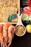 Séchez la nouille instantanée - les ramen et la crevette asiatiques, légumes pour la soupe Photo stock