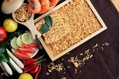 Séchez la nouille instantanée - les ramen et la crevette asiatiques, légumes pour la soupe Images stock
