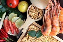 Séchez la nouille instantanée - les ramen et la crevette asiatiques, légumes pour la soupe Image libre de droits