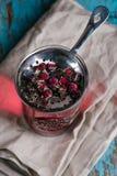 Séchez la tisane rose de bourgeons dans le tamis en métal Photo libre de droits