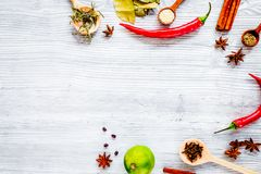 Séchez les épices colorées, poivre de piment sur le backgro de table de lumière de cuisine Images stock