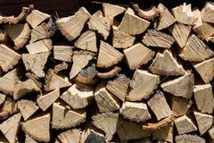 Séchez les identifiez-vous coupés de bois de chauffage une pile photo stock