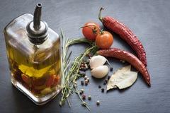 Séchez les poivrons de piment, les tomates, l'ail et l'assaisonnement d'un rouge ardent Photos stock