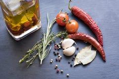 Séchez les poivrons de piment, les tomates, l'ail et l'assaisonnement d'un rouge ardent Photo stock