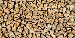 Séchez les rondins coupés de bois de chauffage prêts pour l'hiver comme fond ou les donnez une consistance rugueuse Photo stock
