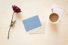 Séchez rose avec la lettre et le café de papier Photographie stock