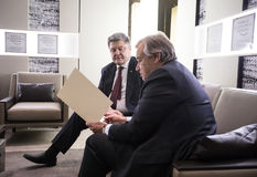 Sécrétaire général Antonio Guterres et Petro Poroshenko de l'ONU Image libre de droits