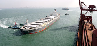 Porto de Qingdao, terminal do minério de ferro de China imagem de stock royalty free
