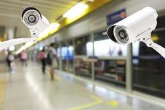 Sécurité d'appareil-photo de télévision en circuit fermé fonctionnant sur la plate-forme de station de métro Photo stock