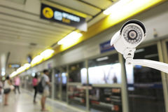 Sécurité d'appareil-photo de télévision en circuit fermé fonctionnant sur la plate-forme de station de métro Photo libre de droits