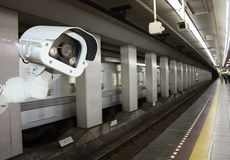 Sécurité d'appareil-photo de télévision en circuit fermé fonctionnant sur la plate-forme de station de métro underg Image stock