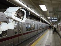 Sécurité d'appareil-photo de télévision en circuit fermé fonctionnant sur la plate-forme de station de métro underg photo stock