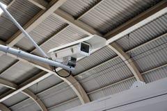 Sécurité d'appareil-photo de télévision en circuit fermé fonctionnant sur la plate-forme de station de métro, gare souterraine Image stock