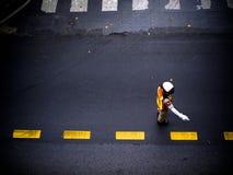 Sécurité d'homme travaillant à la rue Image stock