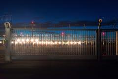 Sécurité dans les aéroports au crépuscule Photos stock