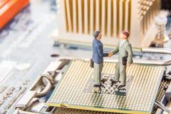 Sécurité de technologie de l'information ou concept de succès de service informatique Deux directeurs informatiques d'hommes d'af photos stock