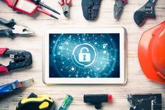 Sécurité de Web et concept de technologie avec le PC de comprimé sur l'étiquette en bois Images libres de droits