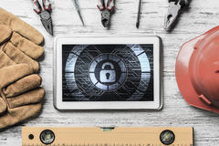 Sécurité de Web et concept de technologie avec le PC de comprimé sur l'étiquette en bois Photographie stock
