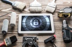 Sécurité de Web et concept de technologie avec le PC de comprimé sur l'étiquette en bois Photo stock