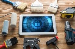 Sécurité de Web et concept de technologie avec le PC de comprimé sur la table en bois Images libres de droits
