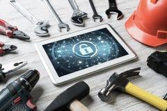 Sécurité de Web et concept de technologie avec le PC de comprimé sur l'étiquette en bois Photos stock