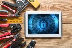 Sécurité de Web et concept de technologie avec le PC de comprimé sur la table en bois Images stock
